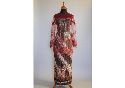 Kebaya modern bordeaux met bijpassende wikkel sarong