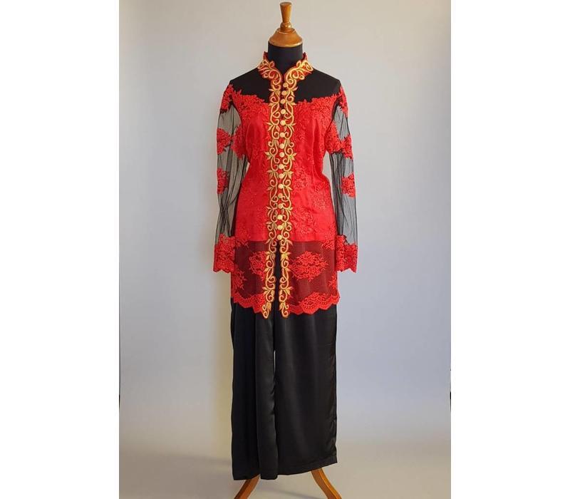 Kebaya modern Indisch rood met bijpassende zwarte broek