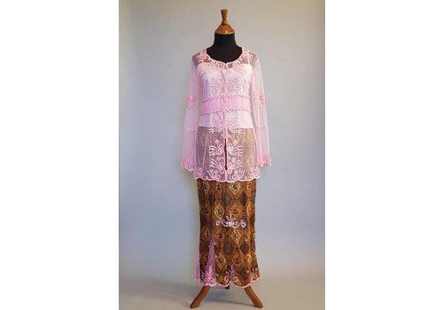 Kebaya trendy pinky met bijpassende sarong