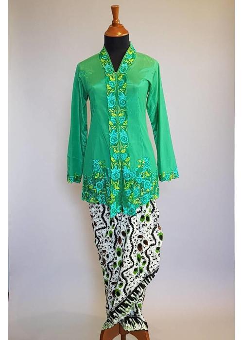 Kebaya klassiek groen met bijpassende wikkel sarong