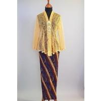 Kebaya kurkuma geel met bijpassende sarong plisse