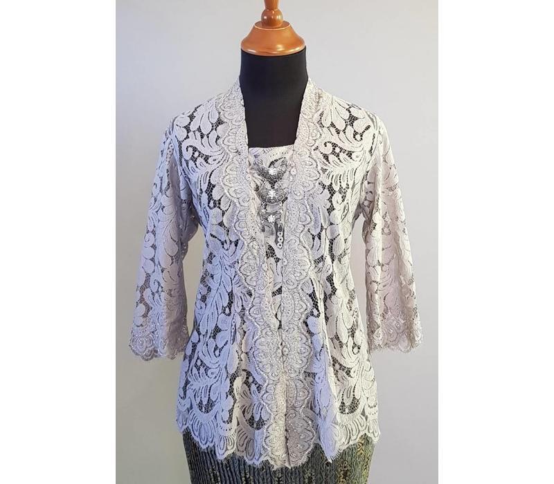 Kebaya elegant licht grijs met bijpassende sarong plisse