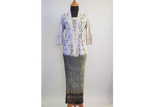 Kebaya elegant licht grijs met bijpassende sarong plissé