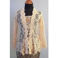 Kebaya elegant beige met bijpassende sarong plisse