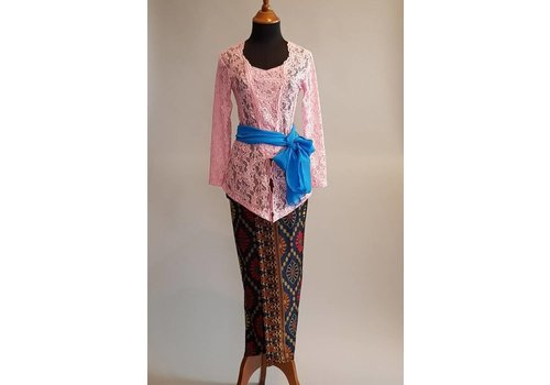 Kebaya roze Balinese stijl met bijpassende sarong