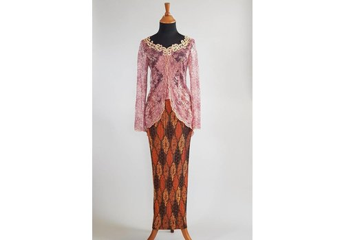 Kebaya elegant cyclaam met bijpassende sarong plisse