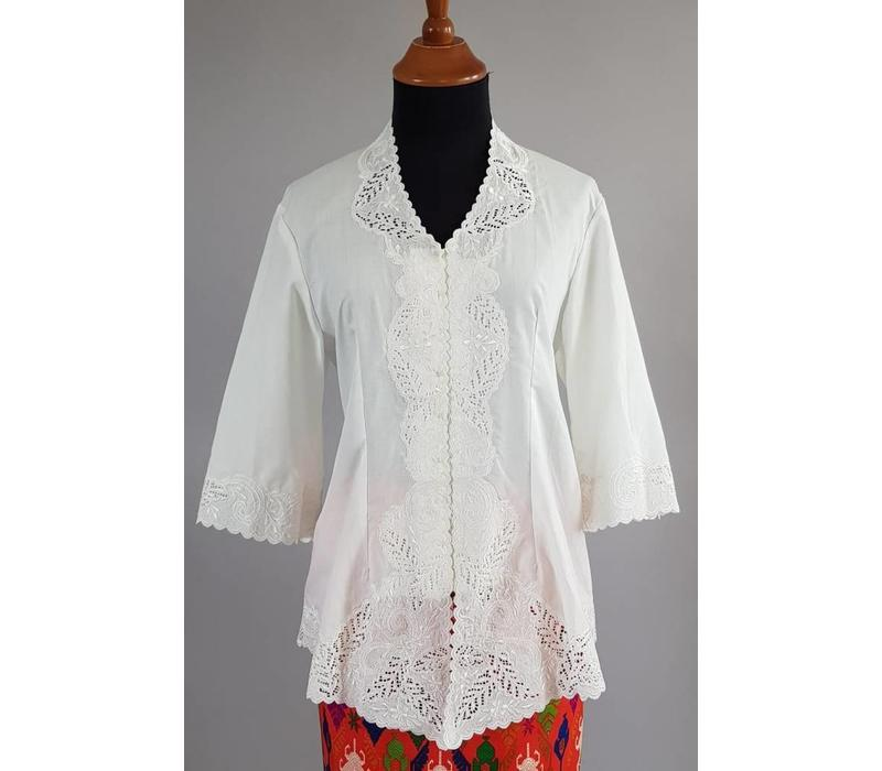 Kebaya wit geborduurd met bijpassende wikkel sarong