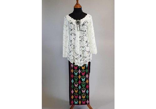 Kebaya elegant wit met bijpassende wikkel sarong kleurige geborduurd