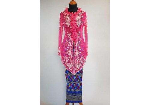 Kebaya trendy magenta met bijpassende sarong plisse