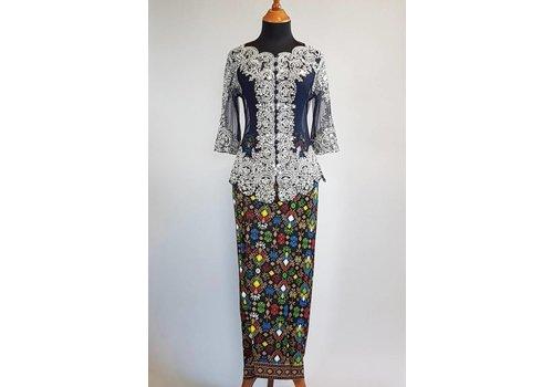 Kebaya  glamour navy blue met bijpassende wikkel sarong