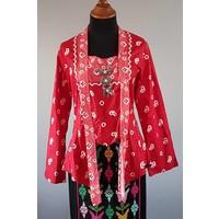 Kebaya jumputan rood met bijpassende wikkel sarong