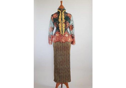 Kebaya trendy dennengroen met bijpassende sarong plissé