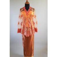 Kebaya koraal met bijpassende wikkel sarong