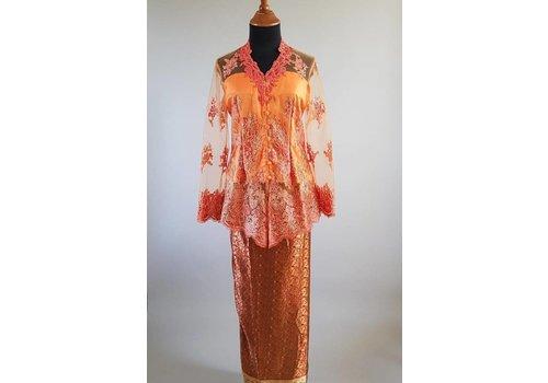 Kebaya coraal met bijpassende wikkel sarong