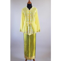 Kebaya nyonya geel met bijpassende wikkel sarong