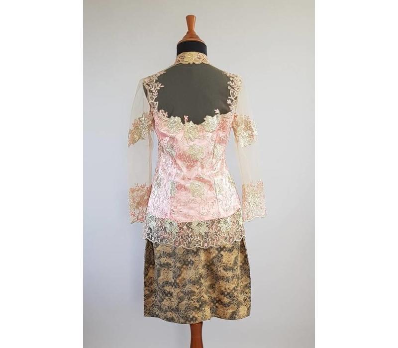 Kebaya elegant kutubaru met bijpassende korte rok
