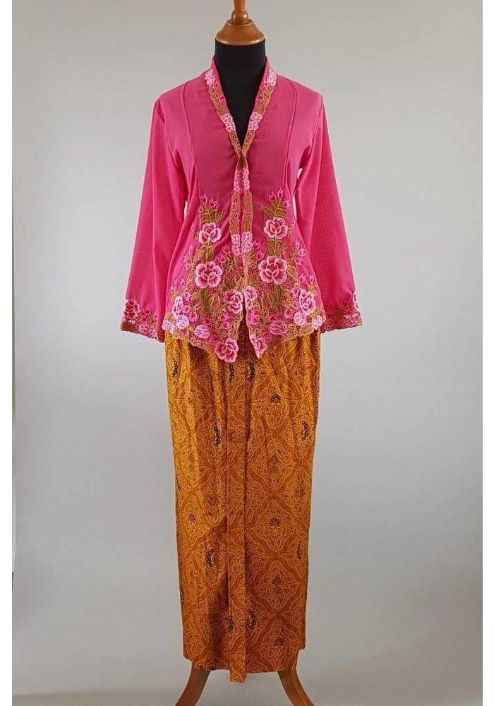 Kebaya nyonya fuchsia met bijpassende sarong