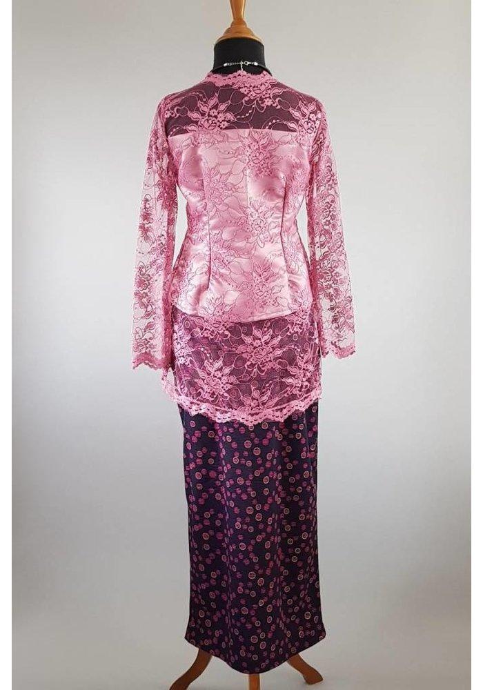 Kebaya klassiek cyclaam met bijpassende sarong
