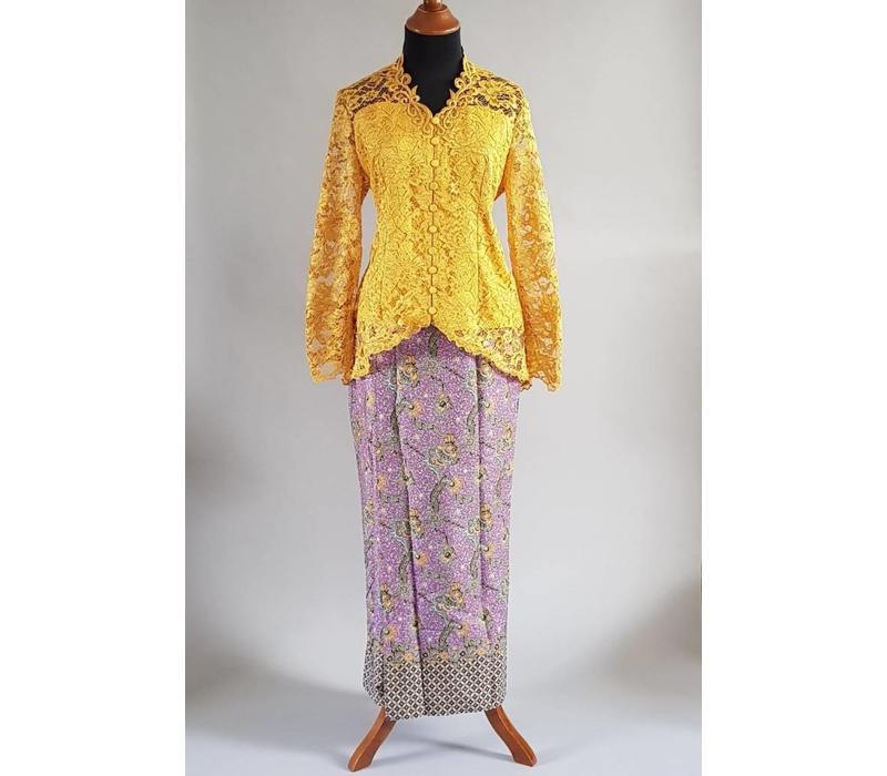 Kebaya mosterdgeel met bijpassende sarong