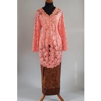 Kebaya klassiek zalm met bijpassende sarong