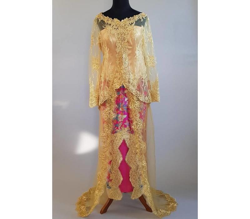 Bruidskebaya champagne met bijpassende batik rok fuchsia