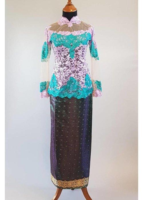 Kebaya turquoise lila met  bijpassende wikkel sarong