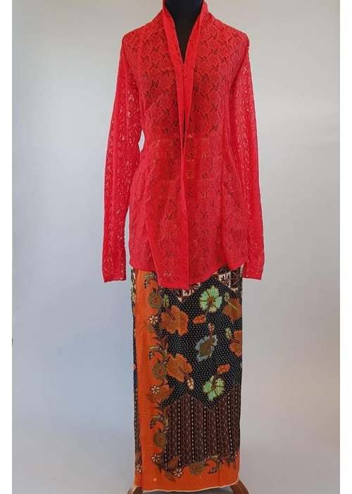 Kebaya maluku rood met bijpassende wikkel sarong