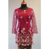 Kebaya modern bordeaux met bijpassende sarong