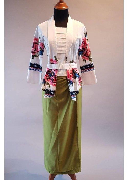 Kebaya modern wit bloemen print met bijpassende wikkel rok