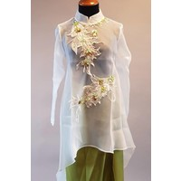 Kebaya modern wit met mooie ornament en bijpassende wikkel rok