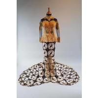 Bruids kebaya modern zwart met bijpassende sarong & lange sleep