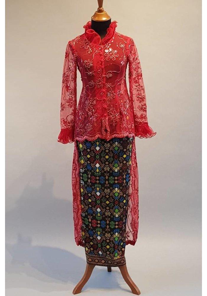 Bruids kebaya modern rode wijn met bijpassende wikkel sarong