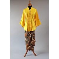 Kebaya modern mosterd geel met bijpassende wikkel sarong