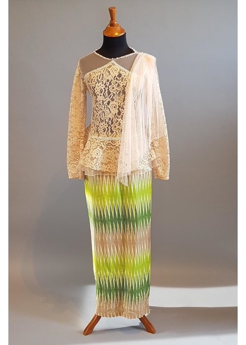 Kebaya modern beige met bijpassende sarong & selendang