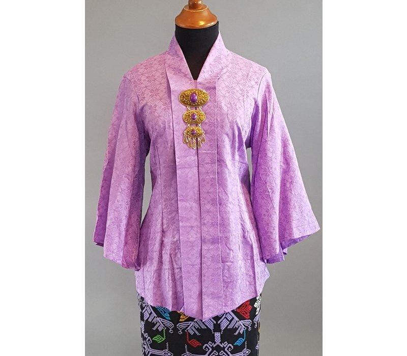 Kebaya modern lila met bijpassende sarong plisse