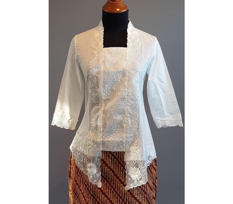 Kebaya kutubaru wit met bijpassende korte rok