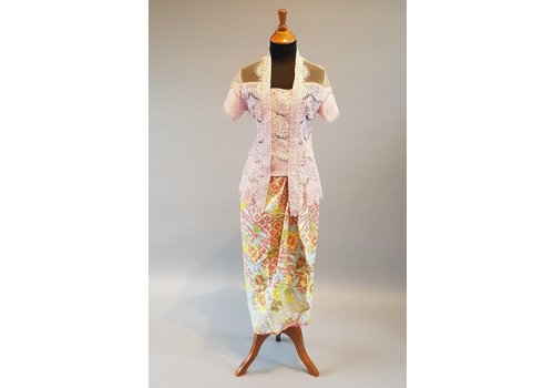 Kebaya licht roze korte mouw met bijpassende sarong