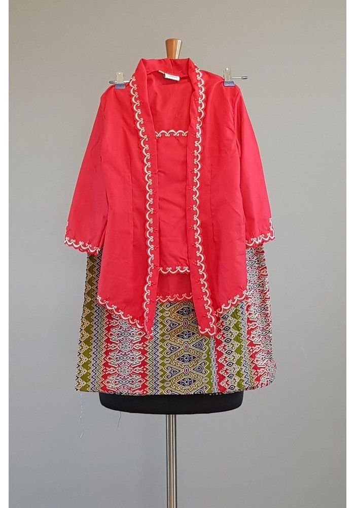 Kinder kebaya kutubaru rood met bijpassende sarong
