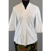 Kebaya klassiek wit met bijpassende korte rok