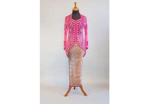 Kebaya trendy fuchsia met bijpassende sarong plissé