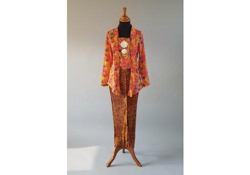 Kebaya kutubaru terracotta met bijpassende sarong plissé
