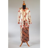 Kebaya beige geborduurd bordeaux met bijpassende sarong