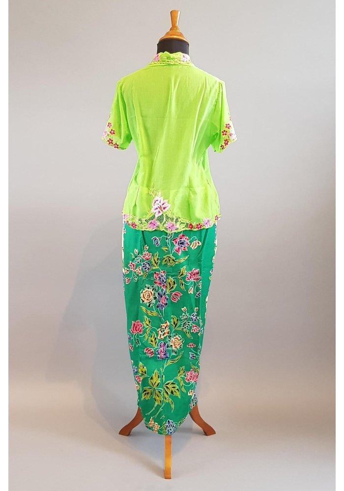 Kebaya nyonya groen met bijpassende sarong encim