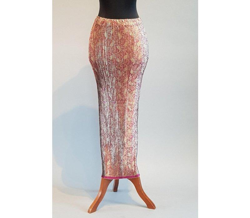 Kebaya roze geborduurd met bijpassende sarong plissé