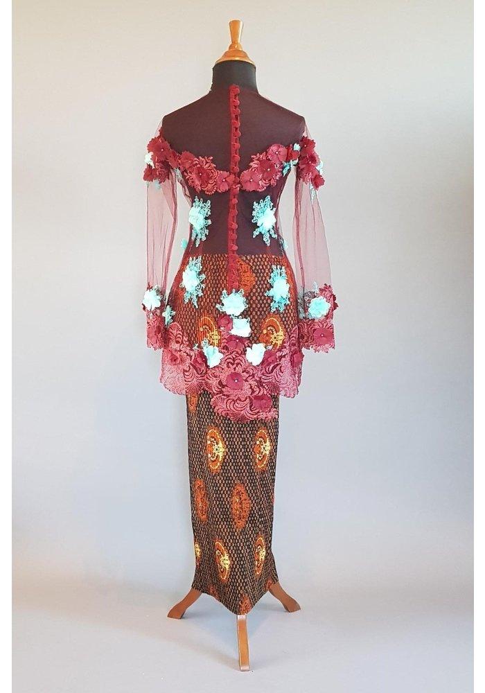 Kebaya glamour bordeaux met bijpassende sarong plissé