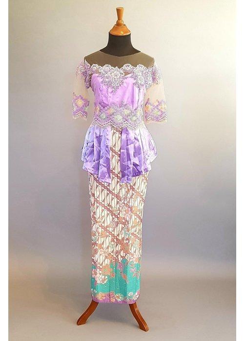 Kebaya lila korte mouw met bijpassende sarong