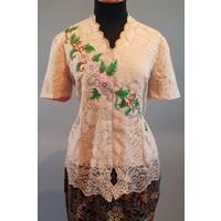 Kebaya elegant korte mouw geborduurd met bijpassende sarong