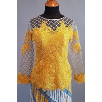 Kebaya modern honing geel met bijpassende sarong