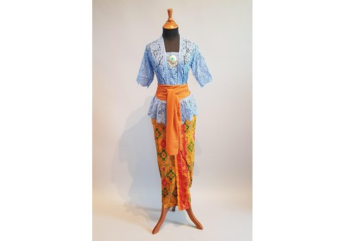Kebaya Bali korenbloemblauw met bijpassende sarong