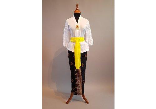 Kebaya casual wit met bijpassende sarong